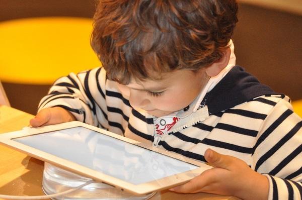 dzieci w świecie elektroniki